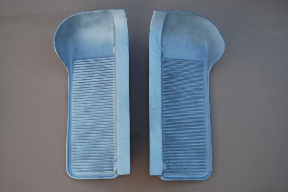 Driver's footrests, floor panels